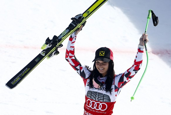 Third placed Anna Fenninger of Austria waves after the women's Super G event of the Alpine Skiing World Cup in Garmisch-Partenkirchen March 8, 2015.                REUTERS/Michael Dalder (GERMANY  - Tags: SPORT SKIING)