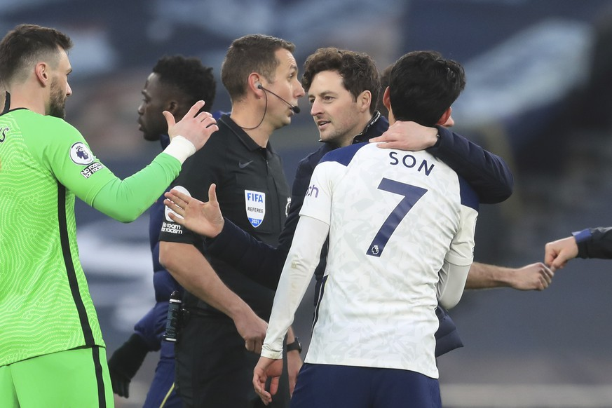 Tottenham's caretaker manager Ryan Mason, centre right, congratulates his players after an English Premier League soccer match between Tottenham Hotspur and Southampton at the Tottenham Hotspur Stadium in London, England, Wednesday April 21, 2021. (Adam Davy/Pool via AP)