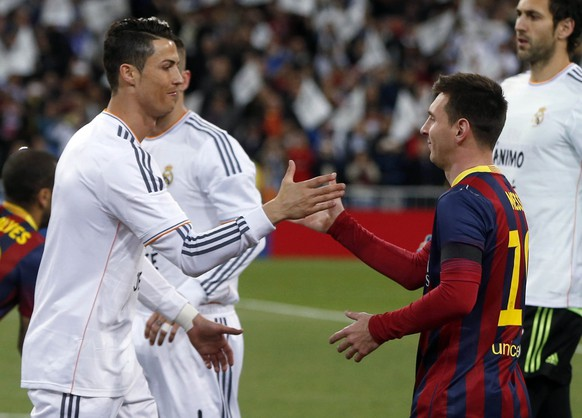 REFILE - CORRECTING NAME OF MATCHReal Madrid's Cristiano Ronaldo (L) shakes hands with Barcelona's Lionel Messi before La Liga's second 'Clasico' soccer match of the season at Santiago Bernabeu stadium in Madrid March 23, 2014.  REUTERS/Stringer (SPAIN - Tags: SPORT SOCCER)