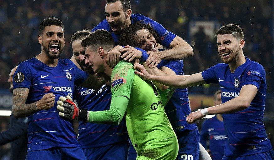 epaselect epa07559638 Goalkeeper Kepa Arrizabalaga (green shirt) of Chelsea is celebrated by teammates after they won the penalty shoout-out of the UEFA Europa League semi final 2nd leg match between Chelsea FC and Eintracht Frankfurt in London, Britain, 09 May 2019.  EPA/WILL OLIVER