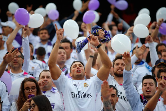 MADRID, SPAIN - APRIL 14:  Real Madrid fans soak up the pre-match atmopshere ahead of the UEFA Champions League Quarter Final First Leg match between Club Atletico de Madrid and Real Madrid CF at Vicente Calderon Stadium on April 14, 2015 in Madrid, Spain.  (Photo by Gonzalo Arroyo Moreno/Getty Images)