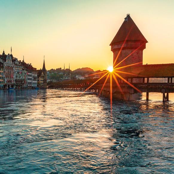 HANDOUT - BILDPAKET ZU 150 JAHRE POSTKARTE AM DIENSTAG, 30. JULI 2019 -- Die Stadt Luzern mit der Kappellbruecke und dem Wasserturm,eines der beliebtesten Schweizer Sujets im Sortiment des Postkartenverlags Photoglob. Postamtlich wurde die Postkarte am 1. Oktober 1869 offiziell, der Welttag der Postkarte wird aber schon am 30. Juli begangen. (PHOTOGLOB) *** ONE TIME USE ONLY, NO ARCHIVES, NO SALES, DARF NUR MIT VOLLSTAENDIGER QUELLENANGABE VERWENDET WERDEN ***