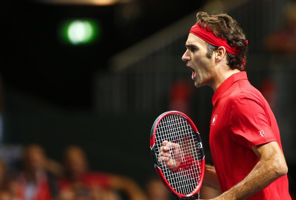 Switzerland's Roger Federer reacts during his Davis Cup semi-final tennis match against Italy's Simone Bolelli at the Palexpo in Geneva September 12, 2014. REUTERS/Denis Balibouse (SWITZERLAND - Tags: SPORT TENNIS)