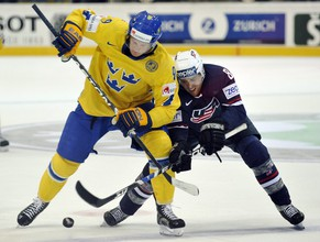 Sweden's Tony Martensson, left, vies for the puck against United States' Joe Pavelski, right, in the bronze medal game between Sweden and USA at the IIHF 2009 World Championship at the PostfinanceArena in Berne, Switzerland, Sunday, May 10, 2009. (KEYSTONE/Peter Schneider)