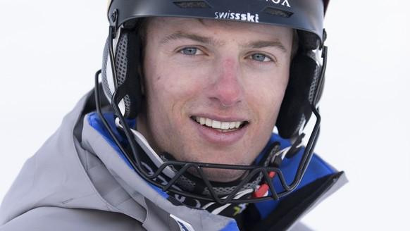 Ian Gut prend la pose pour le photographe juste avant la reconnaissance du Slalom Hommes des Championnats Suisse de Ski Alpin, ce jeudi 24 mars 2016, a Veysonnaz au-dessus de Sion dans le canton du Valais. (KEYSTONE/Anthony Anex)