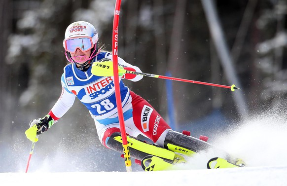 epa05088274 Charlotte Chable of Switzerland in action during the first run of the women's Slalom race of the FIS Alpine Skiing World Cup in Santa Caterina, Italy, 05 January 2016.  EPA/MATTEO BAZZI