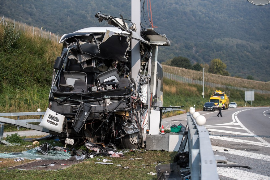 epa07092300 The wreck of a bus is seen at the site of an accident on the highway A2 in Sigirino, canton of Ticino, Switzerland, 14 October 2018. The A2 highway between Rivera and Lugano-North was closed into direction south. Reportedly one person died and 13 people were injured when the bus that is registered in Germany crashed into asignal post.  EPA/TI-Press/GABRIELE PUTZU