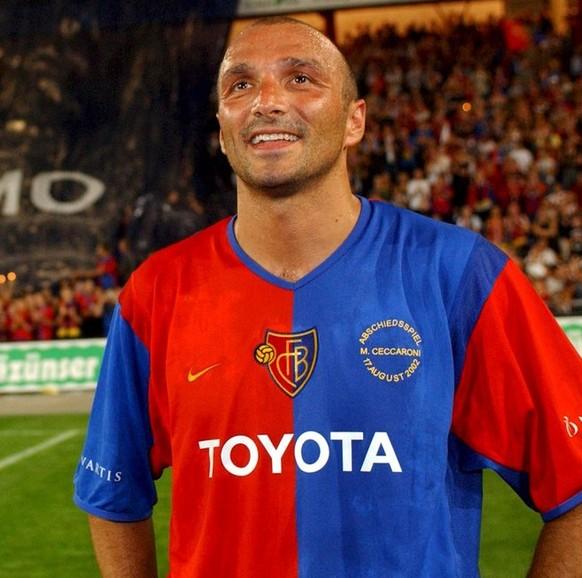 Der ehemalige FC Basel Verteidiger Massimo Ceccaroni wird am Samstag, 17. August 2002, im Stadion St. Jakobspark in Basel geehrt und vom FCB verabschiedet. (KEYSTONE/Markus Stuecklin)