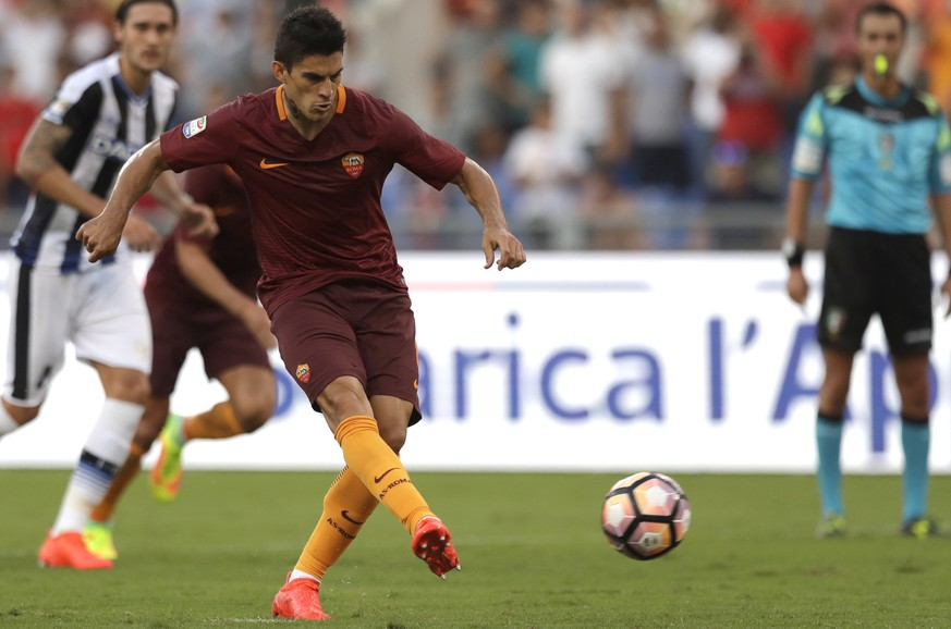 Roma's Diego Perotti scores on a penalty his side's second goal, during a Serie A soccer match between Roma and Udinese, at Rome's Olympic stadium, Saturday, Aug. 20, 2016. (AP Photo/Alessandra Tarantino)