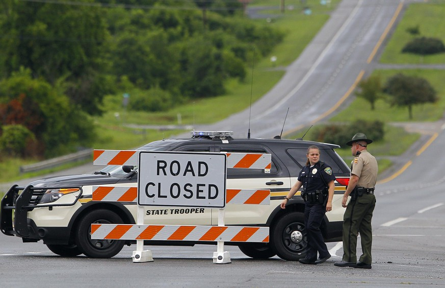 Tennessee Highway Patrol and Maryville Police block a section of Highway 321 after a train derailment near Maryville, Tennessee July 2, 2015. A freight train carrying flammable and toxic gas derailed and caught fire in Blount County, Tennessee on Thursday, prompting the evacuation of more than 5,000 people, fire officials and rail company CSX Corp said. REUTERS/Wade Payne