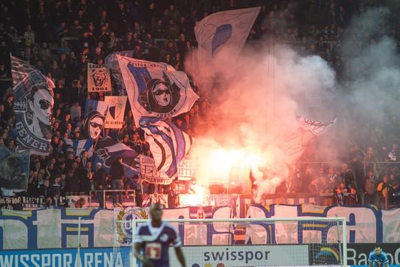 FC Luzern Fans zuenden Pyros beim Schweizer Cup Achtel Final Fussballspiel zwischen dem FC Luzern und dem FC Aarau am Mittwoch, 29. Oktober 2014 in der Swisspor Arena in Luzern. (KEYSTONE/Sigi Tischler)
