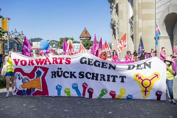 In der Stadt Luzern demonstrieren Frauen am Streiktag fuer Gleichstellung in allen Lebensbereichen anlaesslich des 30. Jahrestages des Frauenstreiktages, am Montag, 14. Juni 2021 in Luzern. (KEYSTONE/Urs Flueeler)