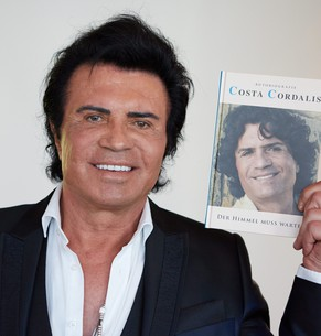 epa04217576 Greek-born German singer Costa Cordalis poses with his autobiography 'Der Himmel muss warten' (Heaven must wait) in Hamburg, Germany, 21 May 2014. The 70-year-old made his  breakthrough in 1976 with the song 'Anita'.  EPA/GEORG WENDT