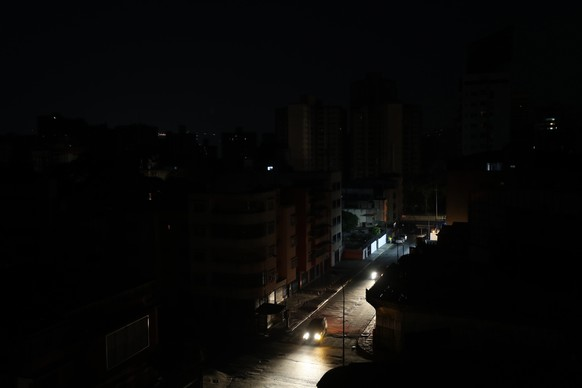 epa07475113 A view of a neighborhood without electricity during a power outage in Caracas, Venezuela, 30 March 2019. The government of Nicolas Maduro and the state-owned Electric Corporation (Corpoelec) have not provided explanations about the latest national outage that has lasted for 24 hours so far, according to local media.  EPA/MIGUEL GUTIERREZ