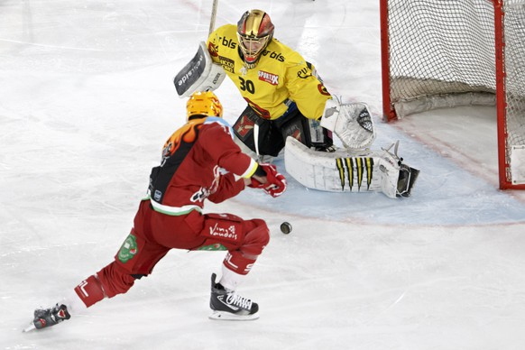 Bern's goaltender Leonardo Genoni, right, saves a puck past Lausanne's center Dustin Jeffrey, of Canada, left, during a National League regular season game of the Swiss Championship between Lausanne HC and SC Bern, at the Malley 2.0 temporary stadium in Lausanne, Switzerland, Saturday, December 9, 2017. (PPR/Salvatore Di Nolfi)