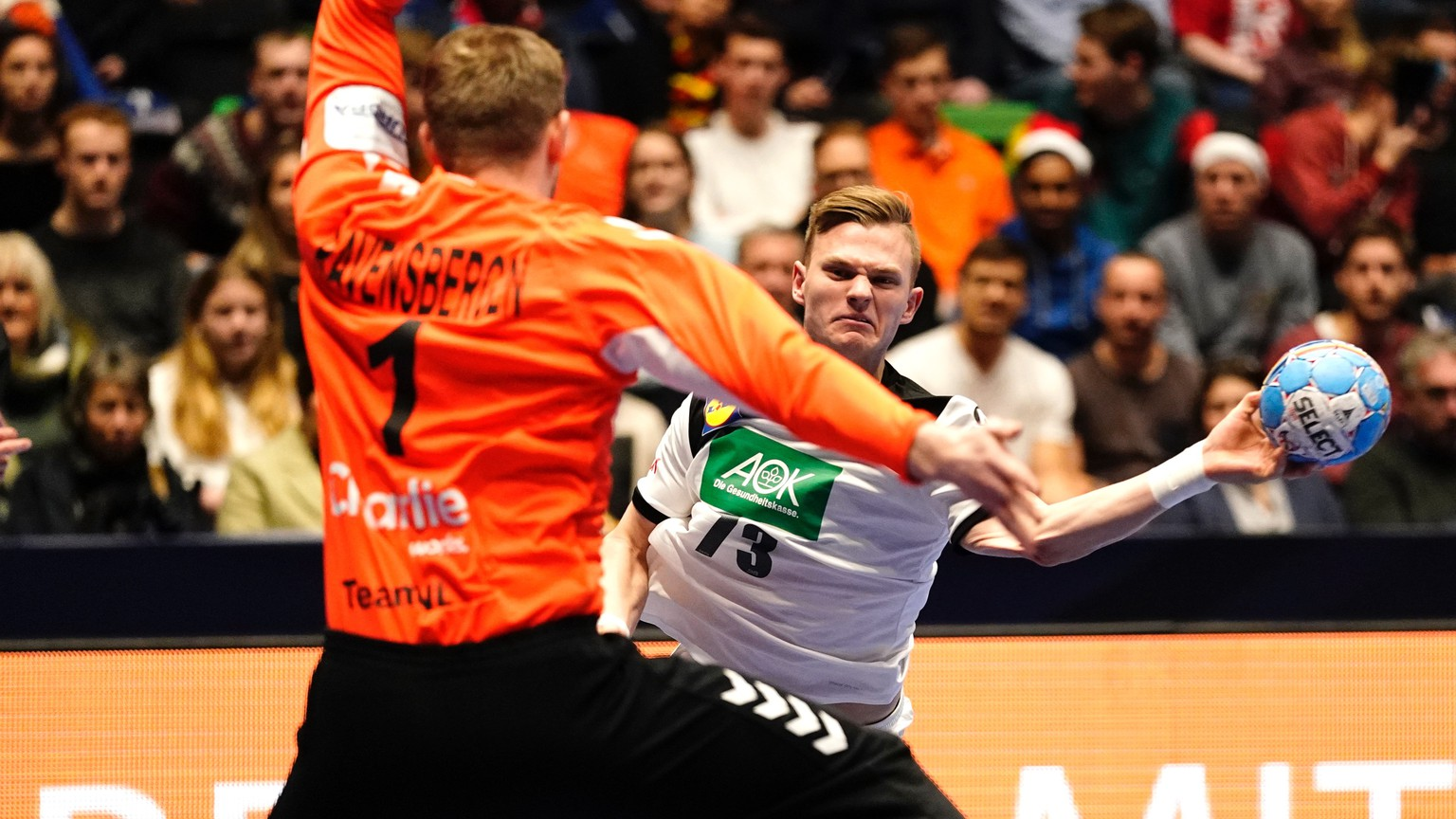epa08114996 Timo Kastening of Germany and goalkeeper Bart Ravensbergen of the Netherlands during the men's EHF Handball European Championship preliminary round match between Germany and the Netherlands, in Trondheim, Norway, 09 January 2020.  EPA/OLE MARTIN WOLD  NORWAY OUT