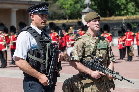 epa05991865 A handout photo made available by the British Ministry of Defence (MOD) shows Police and a soldier from the Coldstream Guards providing security outside the Buckingham Palace during the Changing of the Guard ceremony in London, Britain, 26 May 2017.  EPA/SGT RUPERT FRERE / BRITISH MINISTRY OF DEFENCE / HANDOUT  HANDOUT EDITORIAL USE ONLY/NO SALES