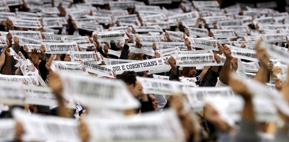 Soccer fans of Corinthians cheer their team during Brazil's Serie A soccer match against Palmeiras in Sao Paulo, Brazil, in this May 31, 2015 file photo. Corinthians fans have set up their own political party and are aiming to field candidates in Brazil's next parliamentary elections, the party's president told Reuters on August 26, 2015. The new organisation is called the Corinthians National Party (PNC) and is hoping to win support not just from Corinthians supporters but from fans of all clubs unhappy with the status quo.   REUTERS/Paulo Whitaker