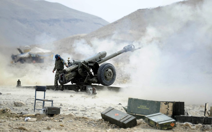 epa04942235 A picture made available on 21 September 2015 of Afghan soldiers firing field gun during an offensive against the Islamic State (IS) militants in Nangarhar province, Afghanistan, 20 September 2015. According to media Afghan security forces launched offensive against Islamic State (IS) militants in Koh district of Nangarhar province on 20 September.  EPA/GHULAMULLAH HABIBI