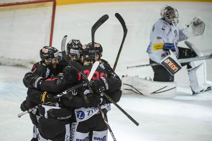 Lugano's player Stefan Ulmer, Lugano's player Giovanni Morini, Lugano's player Thomas Wellinger and Lugano's player Dario Buergler, from left, celebrate the 4-0 goal, during the preliminary round game of National League Swiss Championship between HC Lugano and HC Fribourg-Gotteron, at the ice stadium Corner Arena in Lugano, on Friday, November 23, 2018. (KEYSTONE/Ti-Press/Pablo Gianinazzi)