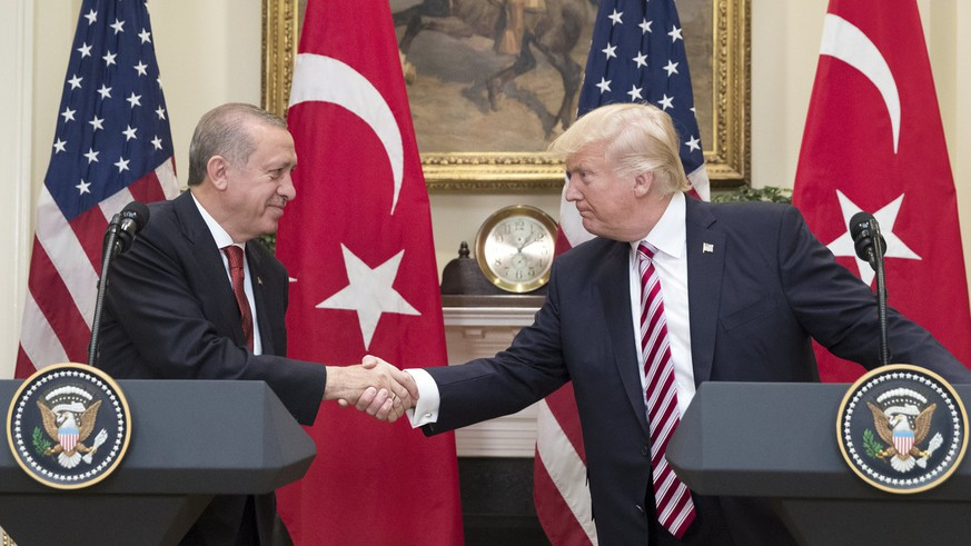 epa05968203 US President Donald J. Trump (R) shakes hands with President of Turkey Recep Tayyip Erdogan (L) in the Roosevelt Room where they issued a joint statement, at the White House in Washington, DC, USA, 16 May 2017. Trump and Erdogan face the issue of working out cooperation in the fight against terrorism as Turkey objects to the US arming of Kurdish forces in Syria.  EPA/MICHAEL REYNOLDS / POOL