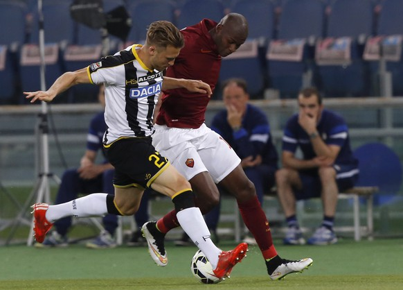 Udinese's Widmer Silvan, left, and Roma's Victor Ibarbo fight for the ball during a Serie A soccer match between Roma and Udinese, at Rome's Olympic stadium, Sunday, May 17, 2015. (AP Photo/Riccardo De Luca)