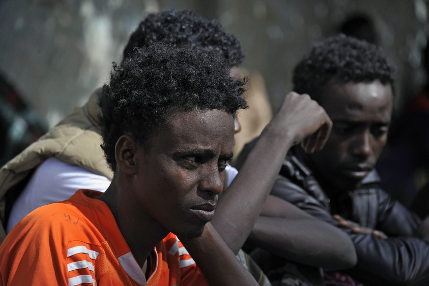 epa04190202 Eritrean refugees sleep on the sidewalk of a street as they wait for help from UNHCR in Sana'a, Yemen, 03 May 2014. Reports state over 210 Eritrean refugees, including women and children, called on the UN Refugee Agency to provide them with protection and assistance, especially most of them allegedly having fled from Eritrea to Yemen to avoid forced military service.  EPA/YAHYA ARHAB