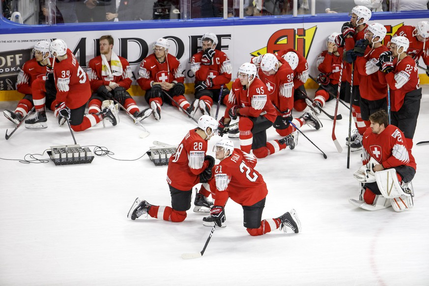 Switzerland's players look disappointed after losing against team Sweden, during the shootout of the IIHF 2018 World Championship Gold Medal game between Sweden and Switzerland, at the Royal Arena, in Copenhagen, Denmark, Sunday, May 20, 2018. (KEYSTONE/Salvatore Di Nolfi)