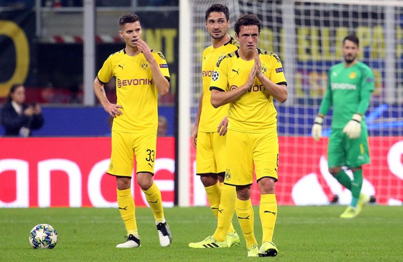 epa07944190 (L-R) Borussia Dortmund's Julian Weigl, Mats Hummels and Thomas Delaney react during the UEFA Champions League group F soccer match between FC Inter and Borussia Dortmund at the Giuseppe Meazza stadium in Milan, Italy, 23 October  2019.  EPA/MATTEO BAZZI