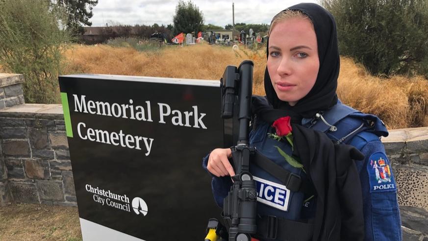 Polizistin-mit-Kopftuch-warum-dieses-Foto-in-Neuseeland-jetzt-viral-geht