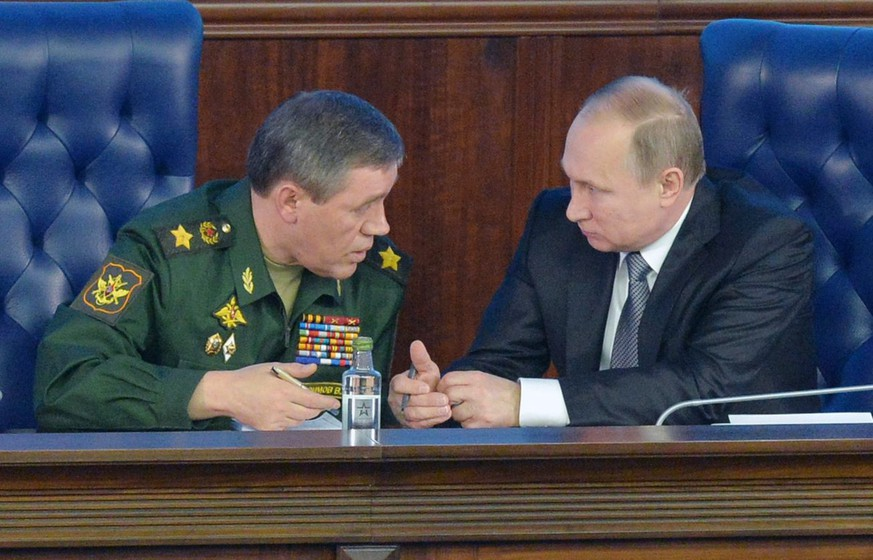 epa05065110 Russian President Vladimir Putin (R) talks with the Chief of Russian army general staff Valery Gerasimov (L), during Defence Ministry board meeting in Moscow, Russia, 11 December 2015.  EPA/ALEXEY DRUZHININ / SPUTNIK / KREMLIN POOL MANDATORY CREDIT