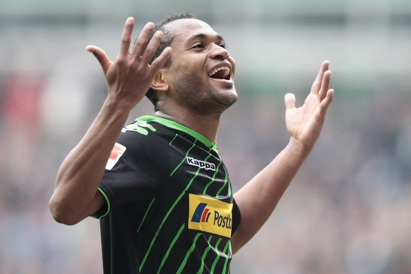BREMEN, GERMANY - MAY 16:  Raffael (R) of Moenchengladbach celebrates after scoring their second goal during the First Bundesliga match between SV Werder Bremen and  Borussia Moenchengladbach at Weserstadion on May 16, 2015 in Bremen, Germany  (Photo by Oliver Hardt/Bongarts/Getty Images)
