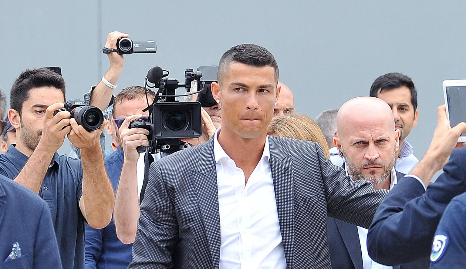 epa06892562 New Juventus soccer player Cristiano Ronaldo (C) of Portugal arrives at Juventus J Medical in Turin, Italy, 16 July 2018. Cristiano Ronaldo joins Italian Serie A side Juventus FC.  EPA/ALESSANDRO DI MARCO