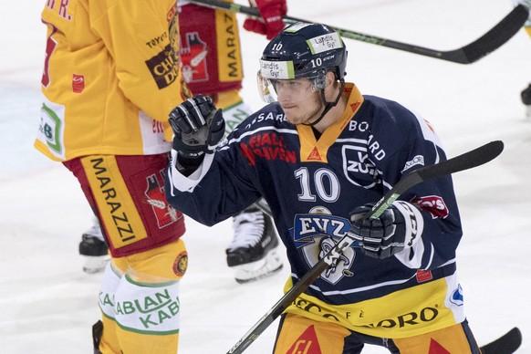 Zugs Dominic Lammer feiert das 1:0 fuer Zug, waehrend dem Eishockey-Qualifikationsspiel der National League A zwischen dem EV Zug und den SCL Tigers, am Freitag, 21. Oktober 2016, in Zug. (KEYSTONE/Urs Flueeler)