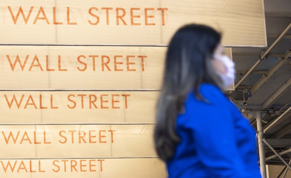 epaselect epa08706384 A person walks past signs for Wall Street near the New York Stock Exchange in New York, New York, USA, 29 September 2020. The Dow Jones industrial average was down in early trading on 29 September as investors are reportedly continuing to assess and react to the continuing coronavirus pandemic and uncertainty about fiscal stimulus plans.  EPA/JUSTIN LANE