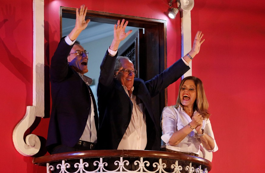 Peruvian presidential candidate Pedro Pablo Kuczynski accompanied by his running mates Martin Vizcarra (L) and Mercedes Araoz gesture to followers in Lima, Peru, June 5, 2016. REUTERS/Guadalupe Pardo