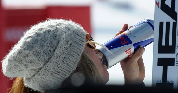 epa03119429 Lindsey Vonn of the USA drinks a Red Bull at the finish line after the second training run for the women's Downhill race of the Alpine Skiing World Cup in Bansko, Bulgaria, 24 February 2012.