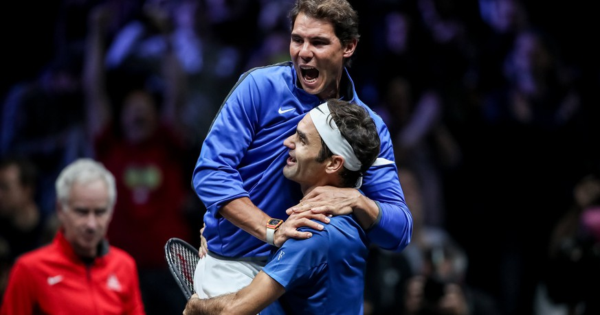 epaselect epa06224920 Switzerland's Roger Federer (down) and Spain's Rafael Nadal of the Team Europe celebrate after winning the Laver Cup tennis tournament in Prague, Czech Republic, 24 September 2017.  EPA/MARTIN DIVISEK