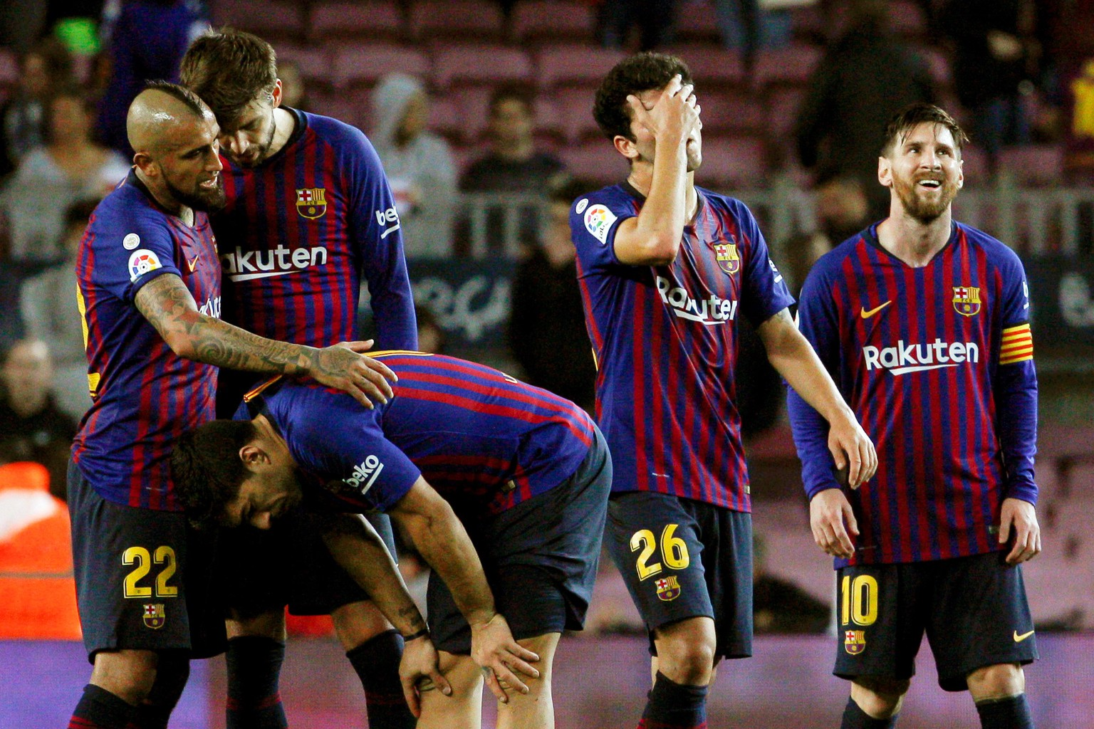 epa07159449 FC Barcelona players (L-R) Arturo Vidal, Gerard Pique, Luis Suarez, Carles Alena, and Lionel Messi show their dejection after the Spanish La Liga soccer match between FC Barcelona and Real Betis in Barcelona, Spain, 11 November 2018.  EPA/QUIQUE GARCIA