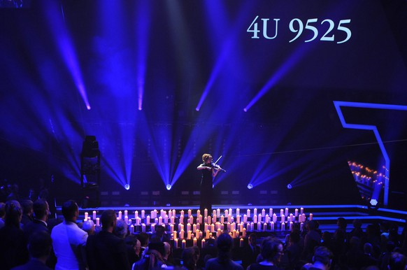 epa04680505 US violinist Lindsey Stirling performs on stage during the 24th Echo 2015 music awards ceremony in Berlin, Germany, 26 March 2015, in a tribute to the victims of the Germanwings Flight 4U 9525, carrying 144 passengers and six crew members from Barcelona, Spain to Dusseldorf, Germany, that crashed on 24 March in the French Alps.  EPA/BRITTA PEDERSEN