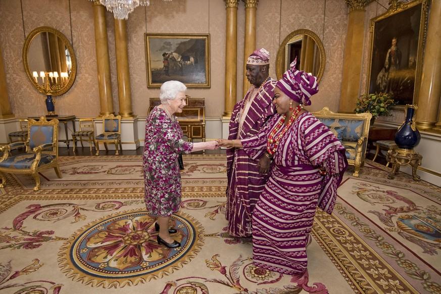 Die Queen und ihre Gäste trugen das gleiche Outfit – und mussten ...