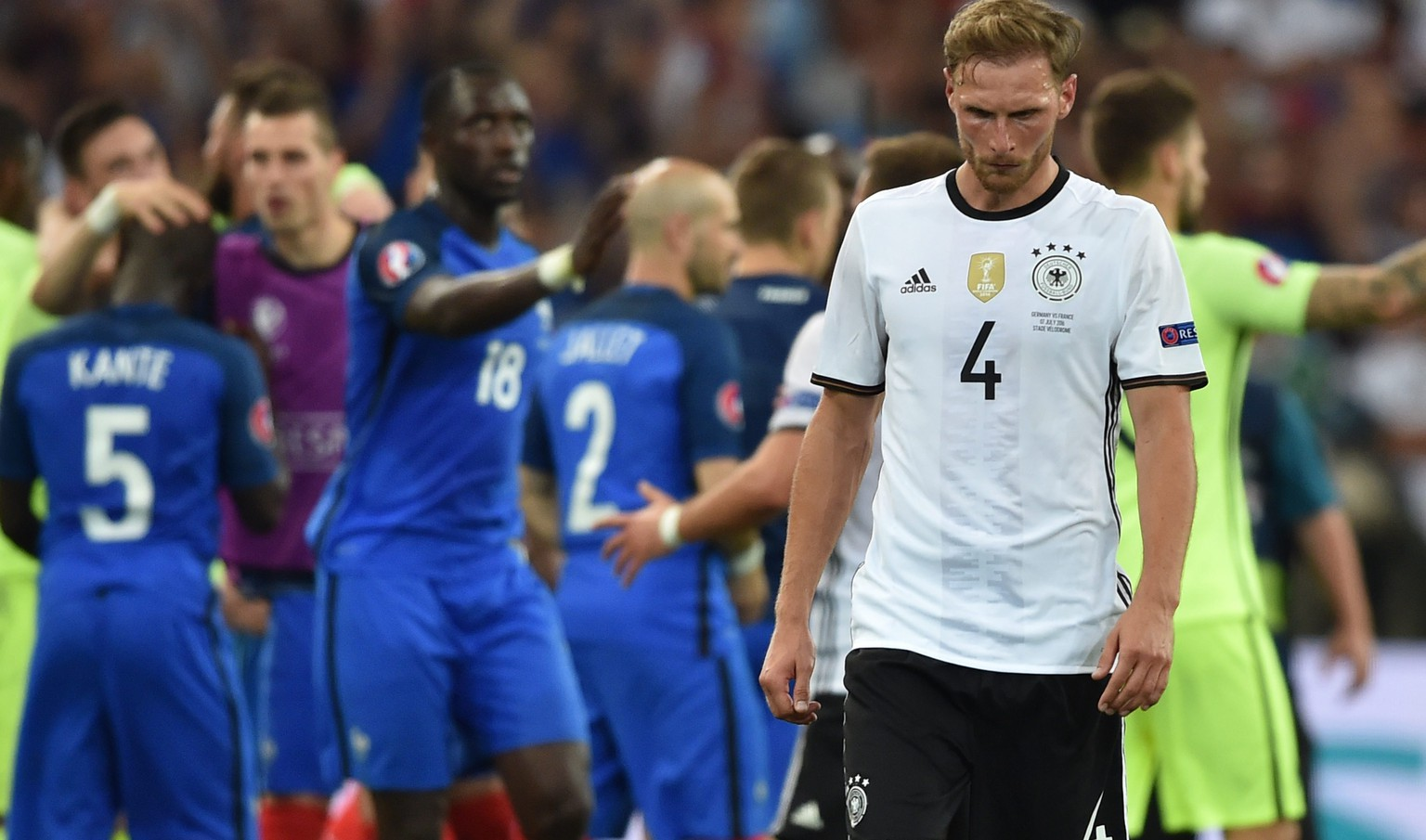 epa05414100 Benedikt Hoewedes (R) of Germany reacts after losing the UEFA EURO 2016 semi final match between Germany and France at Stade Velodrome in Marseille, France, 07 July 2016.