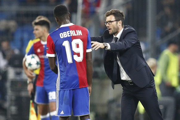 Basel's Dimitri Oberlin, left, and his head coach Raphael Wicky interact during an UEFA Champions League Group stage Group A matchday 2 soccer match between Switzerland's FC Basel 1893 and Portugal's SL Benfica in the St. Jakob-Park stadium in Basel, Switzerland, on Wednesday, September 27, 2017. (KEYSTONE/Peter Klaunzer)