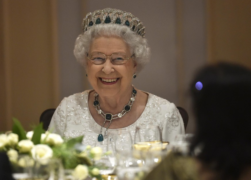 Britain's Queen Elizabeth smiles as she attends a dinner at the Corinthia Palace Hotel in Attard, Malta, November, 27, 2015 during the Commonwealth Heads of Government Meeting (CHOGM).   REUTERS/Toby Melville