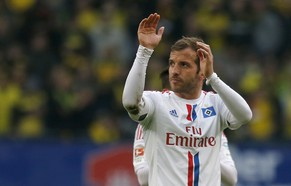 Hamburger SV's Rafael van der Vaart acknowledges the supporters after the German Bundesliga first division soccer match against Borussia Dortmund, in Hamburg March 7, 2015.      REUTERS/Morris Mac Matzen (GERMANY  - Tags: SOCCER SPORT) DFL RULES TO LIMIT THE ONLINE USAGE DURING MATCH TIME TO 15 PICTURES PER GAME. IMAGE SEQUENCES TO SIMULATE VIDEO IS NOT ALLOWED AT ANY TIME. FOR FURTHER QUERIES PLEASE CONTACT DFL DIRECTLY AT + 49 69 650050.