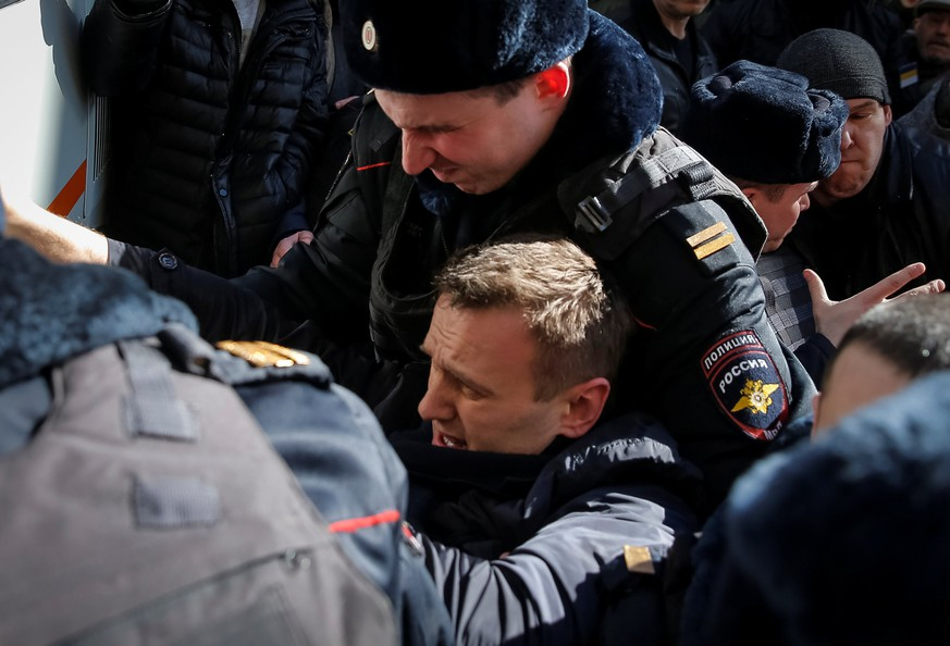 Police officers detain anti-corruption campaigner and opposition figure Alexei Navalny during a rally in Moscow, Russia, March 26, 2017.  REUTERS/Maxim Shemetov