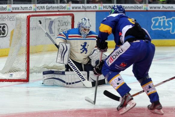 12.10.2014; Zuerich; Eishockey NLA - ZSC Lions - HC Davos; Sven Ryser (R, Davos) gegen Torhueter Niklas Schlegel (L, ZSC) (Patrick Straub/freshfocus)