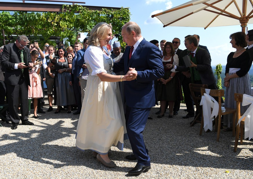 epa06956024 Russian President Vladimir Putin (C-R) dances with Austrian Foreign Minister Karin Kneissl (C-L) during her wedding to Austrian businessman Wolfgang Meilinger in Gamlitz, Austria, 18 August 2018. According to reports, Putin attended Kneissl's wedding in the Styrian municipality of Gamlitz on 18 August, before travelling to Meseberg, Germany, where he is to meet with German Chancellor Angela Merkel.  EPA/ROLAND SCHLAGER / POOL
