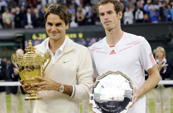 epa03300953 Roger Federer of Switzerland (L) and Andy Murray of Britain pose with their trophies following the men's singles final of the Wimbledon Championships at the All England Lawn Tennis Club, in London, Britain, 08 July 2012.  EPA/GERRY PENNY