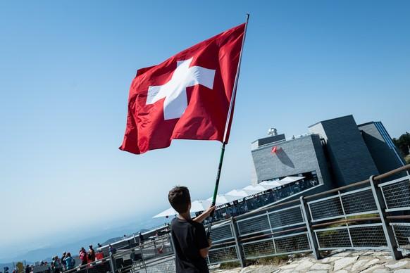 Ein Jugendlicher schwingt eine Schweizerfahne an der Bundesfeier am Nationalfeiertag auf dem Monte Generoso, am Samstag, 1. August 2020. (KEYSTONE/Ti-Press/Elia Bianchi)